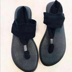 Sanuk size 9 black stretchy thong sandals